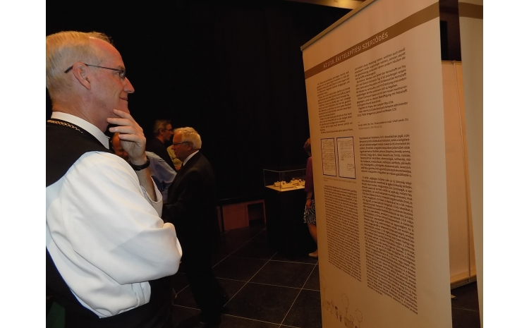 A kiállítás megnyitóján tiszteletét tette a Dallasi Ciszterci Apátság apátja is, Peter abbot. Az intézmény a Zirci Ciszterci Kongregáció része, az 50-es években elmenekült magyar szerzetesek alapították Amerikában.