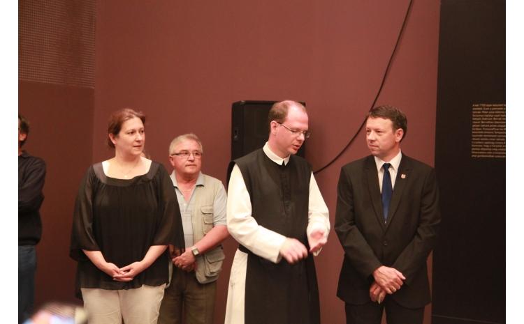 A kiállítást szervező intézmények képviselői köszöntötték a vendégeket, illetve nyitották meg a kiállítást. A képen Ottó Péter polgármester, Bérczi L. Bernát O.Cist kormányzóperjel és dr. Vida Beáta látható a nyitóeseményen.
