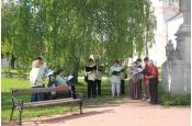 A megnyitón a Zirc Városi Vegyeskórus tagjai köszöntötték a vendégeket a Zirci Ciszterci Apátság díszudvarán.